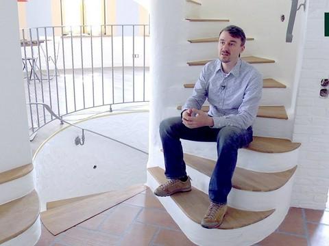 Винтовая лестница в центре дома: оригинальное дизайнерское и планировочное решение